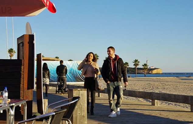 Algarve_Strand Menschen im Januar