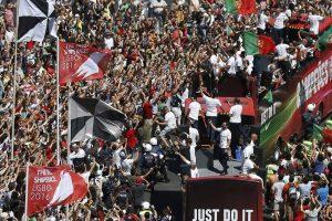 Die Sieger fahren durch Lissabon