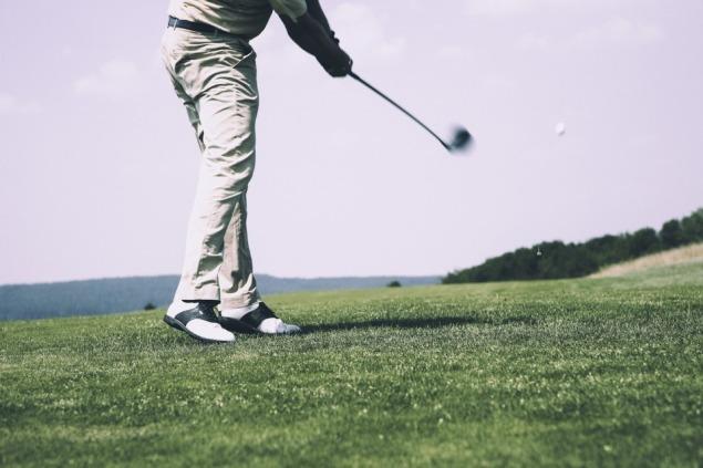 Golfer beim Abbschlag